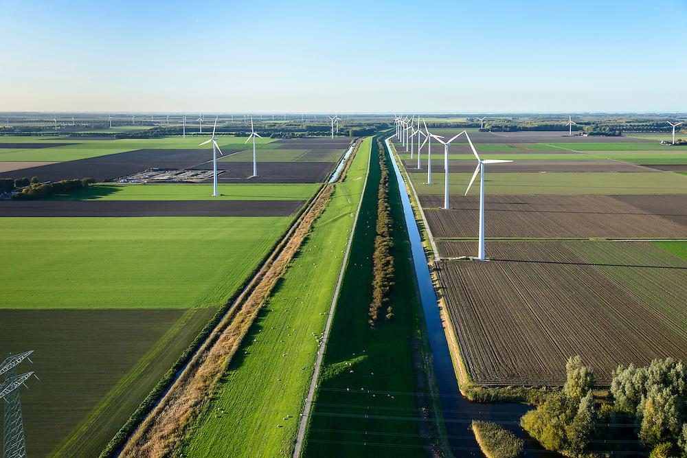 Nederland, Flevoland, Zeewolde, 24-10-2013. Knardijk, vanaf Hoge Vaart, richting noordwesten.<br /> Scheiding tussen de polders Oostelijk Flevoland en Zuidelijk Flevoland.<br /> Sluice near Zeewolde in the Flevoland polder for flood protection and flood.<br /> luchtfoto (toeslag op standaard tarieven);<br /> aerial photo (additional fee required);<br /> copyright foto/photo Siebe Swart.