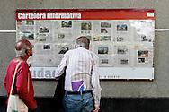 INFORMAÇÕES DE CHÁVES - CARACAS -  03/01/2013 .INTERNACIONAL -  Simpatizantes do presidente Hugo Cháves se reúnem na Praça Bolívar, centro de Caracas, à espera de novas noticias da saúde no presidente. Hugo Cháves, que foi operado em Cuba em dezembro último em decorrência de um câncer e tem enfrentado um pós-operatório difícil.  FOTO: DANIEL GUIMARÃES/FRAME