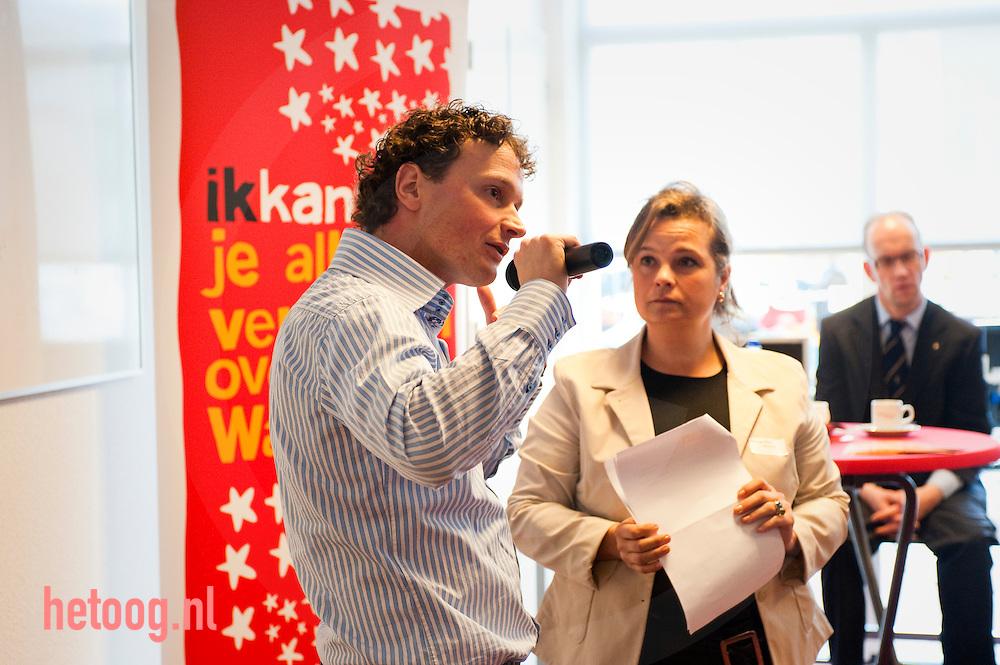 """UWV Werkplein, Ganzenmarkt 1 Oldenzaal.. Margrethe Hilhorst (ministerie) geeft  tijdens een bijeenkomst van de Industriële Kring informatie over de campagne """"Ik Kan"""". Naast haar treed Cor Kamphuis ,Wajongambassadeur. Foto: hetoog.nl/CeesElzenga"""
