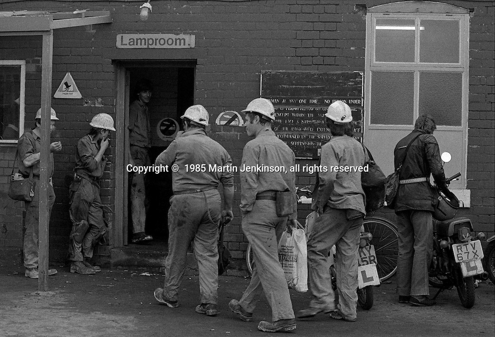 Miners entering the lamproom on the last day at Cortonwood pit. 25.10.85