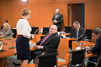 DEU, Deutschland, Germany, Berlin, 08.04.2020: Bundeswirtschaftsminister Peter Altmaier (CDU) im Gespräch mit Bundesfamilienministerin Dr. Franziska Giffey (SPD) vor Beginn der 92. Kabinettsitzung im Bundeskanzleramt. Aufgrund der Coronakrise findet die Sitzung derzeit im Internationalen Konferenzsaal statt, damit genügend Abstand zwischen den Teilnehmern gewahrt werden kann.