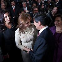 TOLUCA, Mexico.- Enrique Pena Nieto, gobernador del estado de Mexico, es felicitado por su esposa, Angelica Rivera, luego de rendir su sexto y ultimo informe de gobierno. Agencia MVT / Mario Vazquez de la Torre. (DIGITAL)