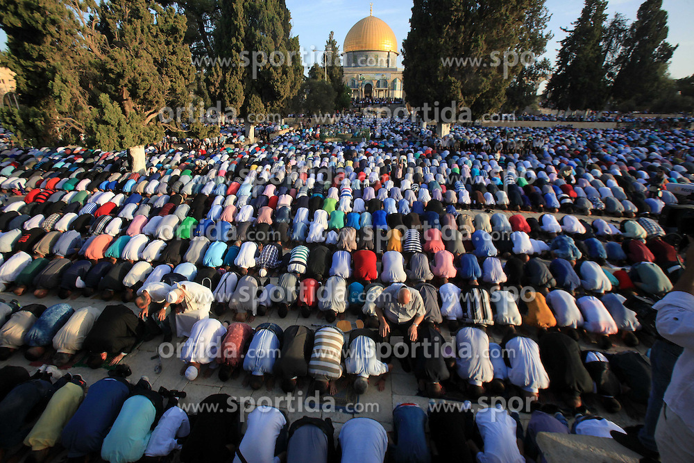 24.09.2015, Jerusalem, PSE, Islamisches Opferfest Eid al Adha, im Bild Es wird zum H&ouml;hepunkt des Haddsch gefeiert, der Wallfahrt nach Mekka, beginnt j&auml;hrlich am Zehnten des islamischen Monats Dhu l-Hiddscha und dauert vier Tage // Palestinian Muslims pray on the first day of Eid al-Adha or the feast of sacrifice, in front of the Dome of the Rock at the compound of al-Aqsa mosque in Jerusalem's Old city on September 24, 2015. Muslims across the world are celebrating the annual festival of Eid al-Adha, or the Festival of Sacrifice, which marks the end of the Hajj pilgrimage to Mecca and in commemoration of Prophet Abraham's readiness to sacrifice his son to show obedience to God, Palestine on 2015/09/24. EXPA Pictures &copy; 2015, PhotoCredit: EXPA/ APAimages/ Mahfouz Abu Turk<br /> <br /> *****ATTENTION - for AUT, GER, SUI, ITA, POL, CRO, SRB only*****