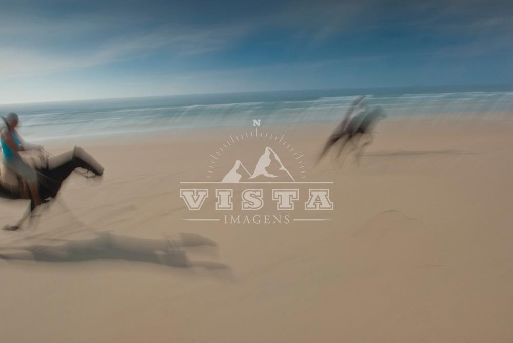 Assunto: Passeio a cavalo na praia do Mocambique <br /> Local: Florian&oacute;polis-SC <br /> Data: 02/2009 <br /> Autor: Ze Paiva/ Pulsar Imagens
