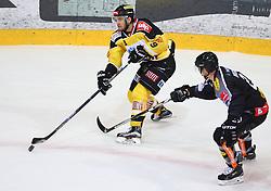 30.10.2015, Albert Schultz Eishalle, Wien, AUT, EBEL, UPC Vienna Capitals vs Dornbirner Eishockey Club, 17. Runde, im Bild Nikolaus Hartl (UPC Vienna Capitals) und Olivier Magnan (Dornbirner EC) // during the Erste Bank Icehockey League 17th Round match between UPC Vienna Capitals and Dornbirner Eishockey Club at the Albert Schultz Ice Arena, Vienna, Austria on 2015/10/30. EXPA Pictures © 2015, PhotoCredit: EXPA/ Thomas Haumer