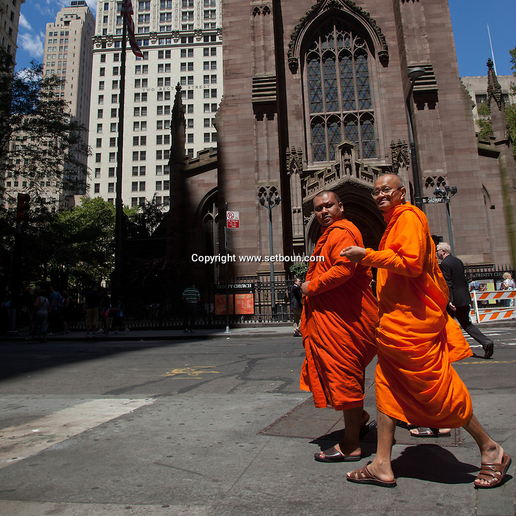 = group of buddhist monks walking on Broadway in  in  lower manhattan new york /// groupe de moines bouddhiste sur Broadway  sud de Manhattan =