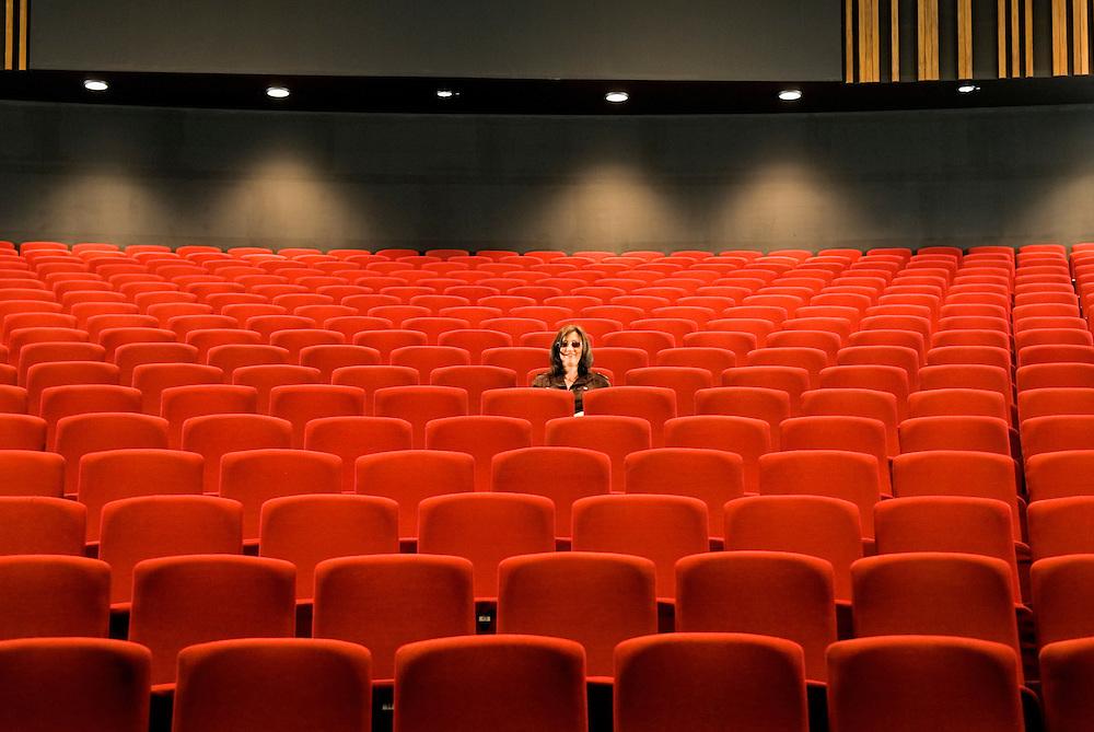 DEU,Deutschland, Nordrhein-Westfalen, Siegen   10.07.2007: Eine Frau sitzt  im neu renovierten  und umgebauten Apollo Theater , das nach langem Stillstand am 31. August wieder eröffnet wurde.  Das Projekt hat nach Angaben der Geschäftsführung 12,8 Millionen Euro gekostet und gilt als einer der wichtigsten Theater-Neubauten der vergangenen Jahre in Nordrhein-Westfalen -          DEU, Germany,  2007.10.07 Apollo Theater in the town of Siegen  North-Rhine Westphalia.   