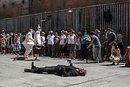 """Nel piazzale delcarcere di Volterra, lo spettacolo coi detenuti attori della compania della Fortezza. Tratto da """"Romeo e Giulietta - Mercuzio non vuole morire"""" di W. Shakespeare, regia Armando Punzo. Il pubblico assiste allo spettacolo"""