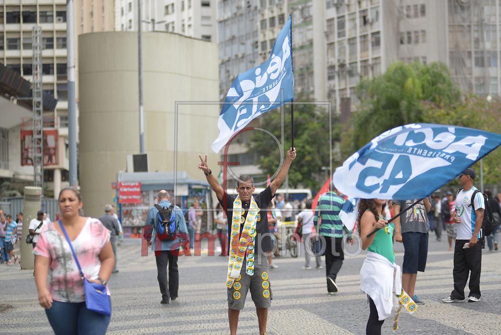 Militantes pró Dilma (PT) e Aécio (PSDB) pedem votos na reta final de campanha no Largo da Carioca, nesta quarta-feira (22). Com bandeiras e adesivos eles tentam convencer os indecisos Foto: ERBS JR./Frame