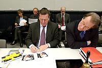 17 DEC 2002, BERLIN/GERMANY:<br /> Gerhard Schroeder (L), SPD, Bundeskanzler, unterschreibt Autogrammkarten, Franz Muentefering (R), SPD Fraktionsvorsitzender, schaut zu, vor Beginn der Sitzung der SPD Bundestagsfraktion, Deutscher Bundestag<br /> IMAGE: 20021217-01-009<br /> KEYWORDS: Fraktionssitzung, Gerhard Schröder, Franz Müntefering,