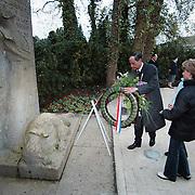 Dodenherdenking 2001 Huizen Naarderstraat, burgemeester Verdier legt krans