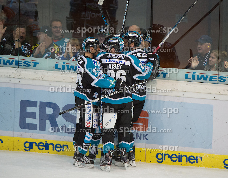 27.09.2015, Keine Sorgen Eisarena, Linz, AUT, EBEL, EHC Liwest Black Wings Linz vs Moser Medical Graz 99ers, 6. Runde, im Bild Linz feiert das 1 zu 0 // during the Erste Bank Icehockey League 6th round match between EHC Liwest Black Wings Linz and Moser Medical Graz 99ers at the Keine Sorgen Icearena, Linz, Austria on 2015/09/27. EXPA Pictures © 2015, PhotoCredit: EXPA/ Reinhard Eisenbauer