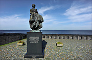 Nederland, Urk, 20-5-2014Zicht op het ijsselmeer. Monument het vissersvrouwtje. Gedenkplaats voor omgekomen zeelieden en vissers. View of the fishing village and former island. Memorial for missing or drowned fishermen.Foto: Flip Franssen/Hollandse Hoogte