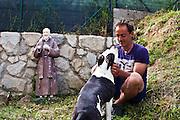 Gianfrancesco Franciosi, infiltrato civile, con il suo cane Teresa nel giardino di casa. Ameglia (SP).