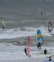 16-08-2014 NED: NK Beachvolleybal 2014, Scheveningen<br /> Harde wind en grote golven op de Noordzee goed voor surfers en kite surfers maar niet voor het beachvolleybal.