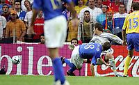 Fotball<br /> Euro 2004<br /> 18.06.2004<br /> Sverige v Italia 1-1<br /> Foto: Omega/SBI/Digitalsport<br /> NORWAY ONLY<br /> <br /> ANTONIO CASSANO REALIZZA IL GOL DEL VANTAGGIO