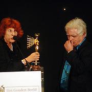 NLD/Bussum/20051212 - Uitreiking Gouden Beelden 2005, Ireen van Ditshuyzen reikt beeld Documentaire uit aan Gerrit van Elstvoor de documentaire ik en mijn ouders