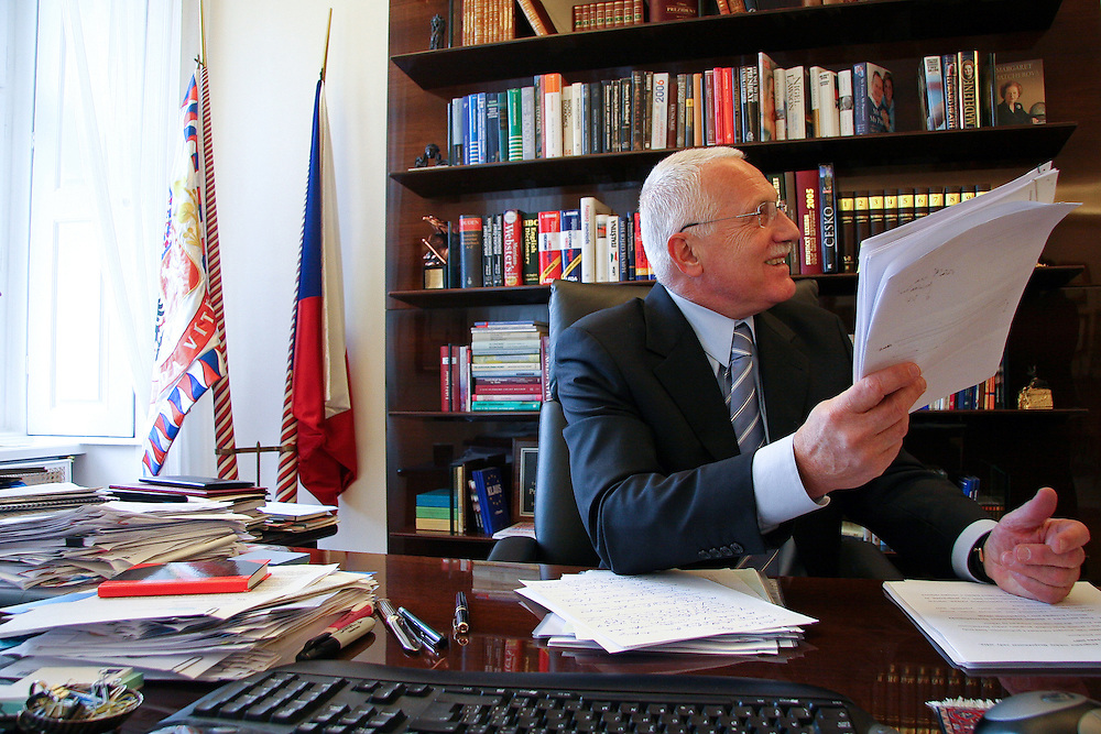 Der tschechische Pr&auml;sident Vaclav Klaus w&auml;hrend einem Interview an seinem Schreibtisch auf der Prager Burg.<br /> <br /> Czech president Vaclav Klaus during an interview on his writing desk at Prague castle.