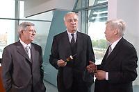 02 MAY 2002, BERLIN/GERMANY:<br /> Juergen Doetz (L), Praesident Verband Privater Rundfunk- und Telekommunikation e.V., Fritz Pleitgen (M), ARD Vorsitzender und Intendant WDR, und Dr. Guenter Struve (R), DFS Programmdirektor, im Gespraech, vor dem Gespraech des Bundeskanzlers mit den Intendanten der Fernsehsender ueber die Frage der Wirkung von Gewaltdarstellung im Fernsehen, Kabinettsaal, Bundeskanzleramt <br /> IMAGE: 20020502-03-005<br /> KEYWORDS: Gewalt, Fernsehen, TV, Günter Struve, Jürgen Doetz, Gespräch, Präsident