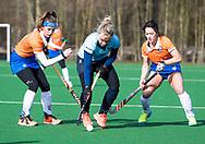 BLOEMENDAAL - Mauri Kleinschiphorst (Nijm.) tussen /Sophie Schlatmann (Bldaal) en Maria del Pilar Romang (Bldaal)  hoofdklasse competitie dames, Bloemendaal-Nijmegen (1-1) COPYRIGHT KOEN SUYK