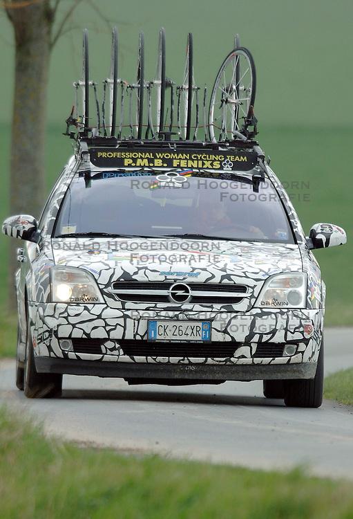03-04-2006 WIELRENNEN: COURSE DOTTIGNIES: BELGIE<br /> volgauto met wielen - wielren item<br /> ©2006-WWW.FOTOHOOGENDOORN.NL