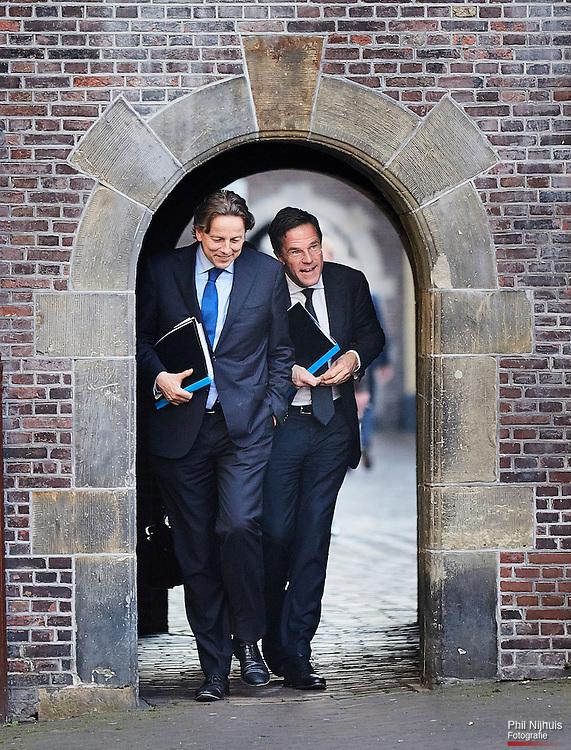 Den Haag, 13 april 2016 -  Premier Mark Rutte en Minister van Buitenlands Zaken Bert Koenders op weg naar de Tweede kamer voor het debat over de uitkomst van het Referendum van het Associatieverdrag van de EU met Oekra&iuml;ne.<br /> Foto: Phil Nijhuis