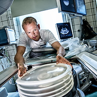 Rolf Birkedal Jensen - er Medico tekniker på Ålborg Sygehus. Her er det en nyrestens smadre maskine han er ved at kigge på