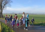 Nederland, Middelaar, 5-12-2012Sinterklaas en zwarte piet op weg naar de basisschool in het dorp.Foto: Flip Franssen/Hollandse Hoogte