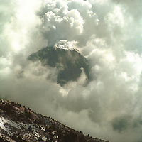 """Una vista del llamado """"VOLCAN DE FUEGO"""", o volcan El Colima, que junto con el Popocatepetl, es el segundo mas activo en Mexico. Diciembre 2002"""