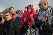 impressionant hommage du peuple Tunisien à Chokri Belaid au cimentiere Jallez, bravant le gaz lacrimogène, plus de 40.000 personnes lui rendent un hommage ce 8 fevrier 2013 et manifestent au même moment contre la violence politique en Tunisie et contre Ennard