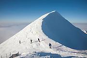 Winter auf dem Moléson; Skifahrer im Schnee. Skieurs dans la neige au sommet du Moléson, 2002 m.