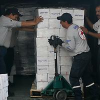 Toluca, Mex.- Voluntarios de la Cruz Roja Mexicana, acopian en el Centro Nacional de Distribucion de Ayuda Humanitaria para Casos de Desastre, 15 toneladas despensas y ropa que fueron donadas por empresas privadas y que seran entregadas los proximos dias a los habitantes de comunidades afectadas por el frio en esta temporada invernal. Agencia MVT / Mario Vazquez de la Torre. (DIGITAL)<br /> <br /> <br /> <br /> <br /> <br /> <br /> <br /> NO ARCHIVAR - NO ARCHIVE