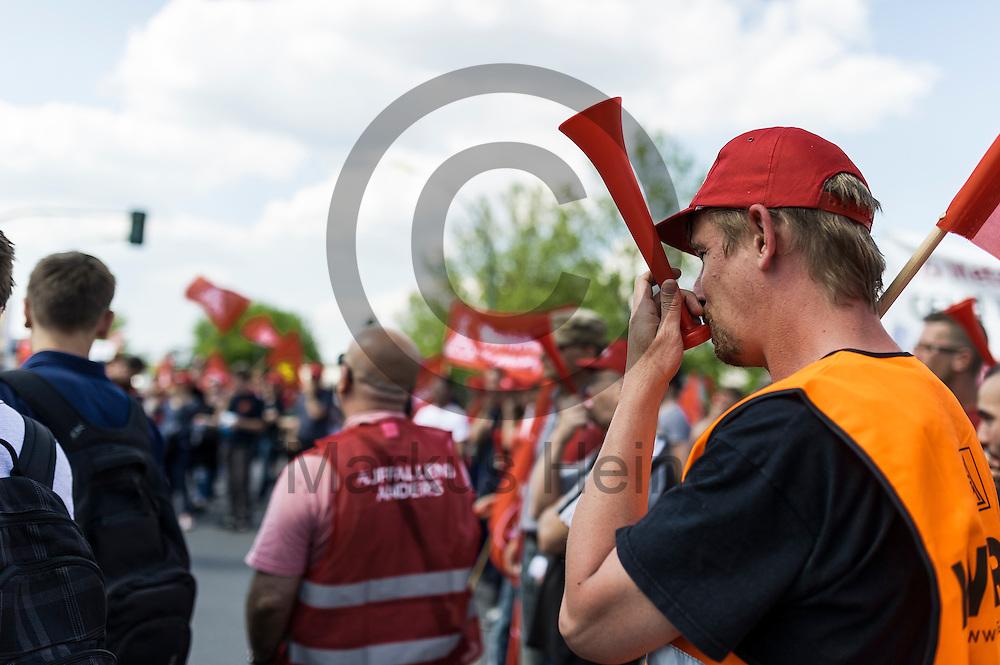 Ein Streikender bl&auml;st w&auml;hrend des Warnstreiks der IG Metall bei Mercedes am 11.05.2016 in Berlin, Deutschland in eine Kr&ouml;te. Die IG Metall fordert in dieser Tarifrunde f&uuml;nf Prozent mehr Entgelt bei einer Laufzeit von zw&ouml;lf Monaten. Foto: Markus Heine / heineimaging<br /> <br /> ------------------------------<br /> <br /> Ver&ouml;ffentlichung nur mit Fotografennennung, sowie gegen Honorar und Belegexemplar.<br /> <br /> Bankverbindung:<br /> IBAN: DE65660908000004437497<br /> BIC CODE: GENODE61BBB<br /> Badische Beamten Bank Karlsruhe<br /> <br /> USt-IdNr: DE291853306<br /> <br /> Please note:<br /> All rights reserved! Don't publish without copyright!<br /> <br /> Stand: 05.2016<br /> <br /> ------------------------------w&auml;hrend des Warnstreiks der IG Metall bei Mercedes am 11.05.2016 in Berlin, Deutschland. Die IG Metall fordert in dieser Tarifrunde f&uuml;nf Prozent mehr Entgelt bei einer Laufzeit von zw&ouml;lf Monaten. Foto: Markus Heine / heineimaging<br /> <br /> ------------------------------<br /> <br /> Ver&ouml;ffentlichung nur mit Fotografennennung, sowie gegen Honorar und Belegexemplar.<br /> <br /> Bankverbindung:<br /> IBAN: DE65660908000004437497<br /> BIC CODE: GENODE61BBB<br /> Badische Beamten Bank Karlsruhe<br /> <br /> USt-IdNr: DE291853306<br /> <br /> Please note:<br /> All rights reserved! Don't publish without copyright!<br /> <br /> Stand: 05.2016<br /> <br /> ------------------------------