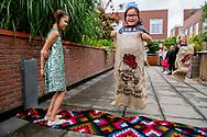 ROTTERDAM - Kinderen spelen verschillende spelletjes op een kinderfeestje van een jarig meisje dat 7 jaar is geworden met haar vriendjjes en vriendinnetjes.  ROBIN UTRECHT