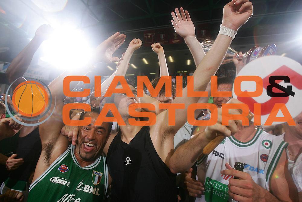 DESCRIZIONE : Treviso Lega A1 2005-06 Play Off Finale Gara 4 Benetton Treviso Climamio Fortitudo Bologna <br /> GIOCATORE : Tifosi Zisis <br /> SQUADRA : Benetton Treviso <br /> EVENTO : Campionato Lega A1 2005-2006 Play Off Finale Gara 4 <br /> GARA : Benetton Treviso Climamio Fortitudo Bologna <br /> DATA : 20/06/2006 <br /> CATEGORIA : Esultanza <br /> SPORT : Pallacanestro <br /> AUTORE : Agenzia Ciamillo-Castoria/S.Silvestri