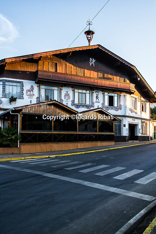 Casa com arquitetura em estilo alpino, típica da cidade. Treze Tílias, Santa Catarina, Brasil. / House in alpine style architecture, typical of the city. Treze Tilias, Santa Catarina, Brazil.