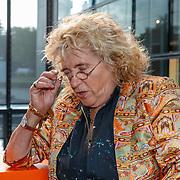 NLD/Hilversum/20181003 - Onthulling Mies Bouwman Totempaal, Martha Röling en Gerti Bierenbroodspot