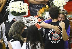 December 3, 2016 - Parantes e amigos choram durante velório dos jornalistas. Os corpos dos jornalista da FOX Sports, Lilácio Pereira Junior e Devair Paschoalan que morreram no acidente com o avião que transportava o time da Chapecoense, chegam para o velório na Assembleia Legislativa do Estado de São Paulo neste sábado  (Credit Image: © Aloisio Mauricio/Fotoarena via ZUMA Press)