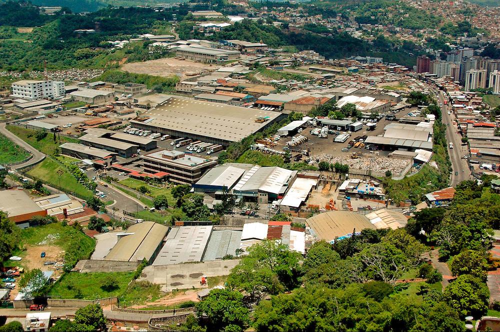 CARACAS AIR / CARACAS AEREA<br /> Photography by Aaron Sosa<br /> Caracas - Venezuela 2004<br /> (Copyright &copy; Aaron Sosa)
