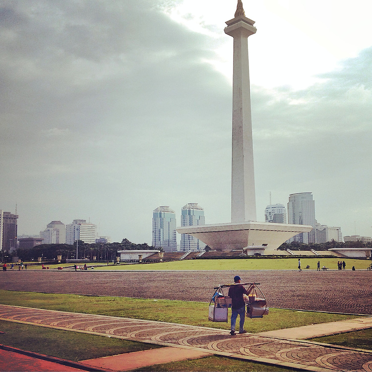 A food vendor arriving at Monas Square.