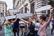 Roma 1 Maggio 2013..Manifestazione, di studenti, lavoratori , precari  e disoccupati in via del Corso contro i negozi aperti nel giorno della festa dei lavoratori e per il dirittto al reddito. Il corteo davanti palazzo Chigi