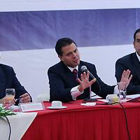 Metepec, Mex .- Enrique Martinez y Martinez (izq), ex Gobernador del estado de Coahuila, Enrique Peña Nieto (cen), Gobernador del Estado de Mexico y Ricardo Aguilar Castillo (der), presidente del Comite Ejecutivo Nacional del Partido Revolucionario Institucional (PRI) en la entidad, durante la Reunion con Dirigentes del Organizaciones Adherentes . Agencia MVT / Javier Rodriguez. (DIGITAL)<br /> <br /> <br /> <br /> <br /> <br /> <br /> <br /> NO ARCHIVAR - NO ARCHIVE