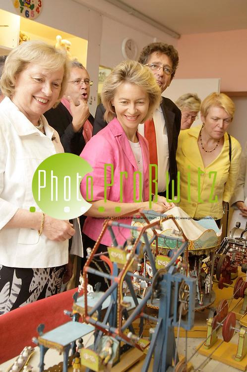 Ludwigshafen. Mehrgenerationenhaus Ludwigshafen. Bundesministerin Ursula von der Leyen besucht das Mehrgenerationenhaus in Ludwigshafen. Michael Graf, Koordinator der Einrichtung, empf&permil;ngt die Bundesministerin.<br /> Spielsachen werden aufbereitet.<br /> <br /> Bild: Markus Proflwitz / masterpress /  <br /> <br /> ++++ Archivbilder und weitere Motive finden Sie auch in unserem OnlineArchiv. www.masterpress.org oder &cedil;ber das Metropolregion Rhein-Neckar Bildportal   ++++ *** Local Caption *** masterpress Mannheim - Pressefotoagentur<br /> Markus Proflwitz<br /> C8, 12-13<br /> 68159 MANNHEIM<br /> +49 621 33 93 93 60<br /> info@masterpress.org<br /> Dresdner Bank<br /> BLZ 67080050 / KTO 0650687000<br /> DE221362249