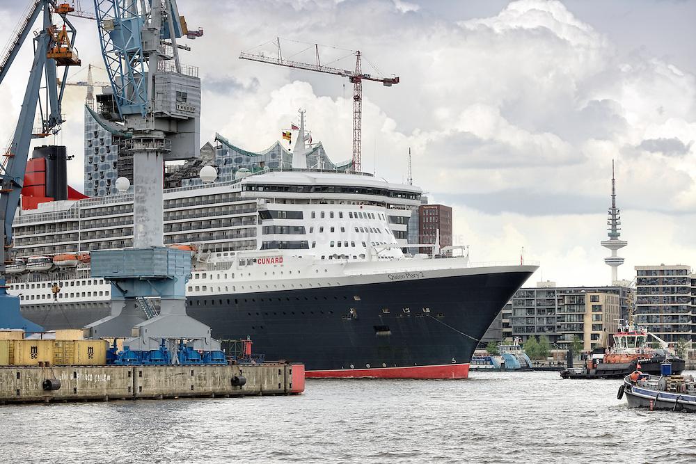 Queen Mary 2 fährt in den Hamburger Hafen an der Elbphilharmonie vorbei