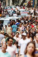 SÃO PAULO - RUA 25 DE MARÇO - 20/10/2012 -.COTIDIANO -  Consumidores lotam a Rua Vinte e Cinco de Março, localizada na cidade de São Paulo, SP, considerada o maior centro comercial da América Latina, pois consiste em um dos mais movimentados centros de compras varejistas e atacadistas da cidade. FOTO: DANIEL GUIMARÃES/FRAME
