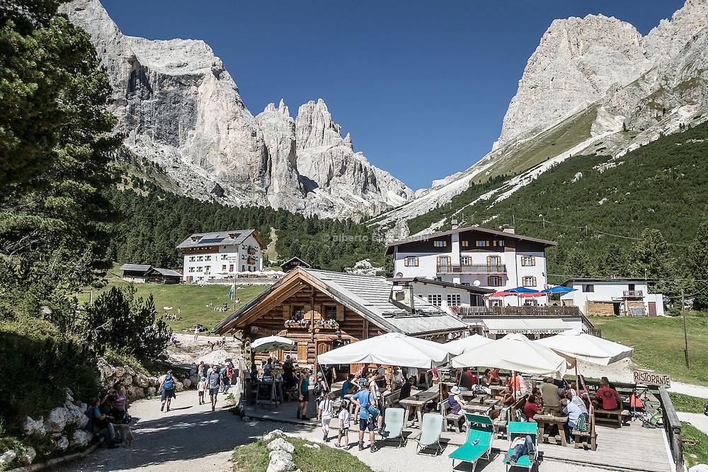 Trentino,  Ristorante Baita Enrosadira nella stupenda conca di Gardeccia.