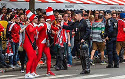 18.06.2016, Parc de Princes, Paris, FRA, UEFA Euro, Frankreich, Portugal vs Oesterreich, Gruppe F, im Bild Österreichische Fans und Polizisten // Austrian fans and police before Group F match between Portugal and Austria of the UEFA EURO 2016 France at the Parc de Princes in Paris, France on 2016/06/18. EXPA Pictures © 2016, PhotoCredit: EXPA/ JFK
