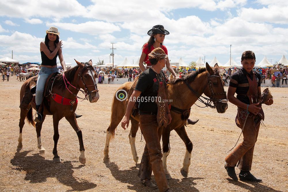 Mulheres andam a cavalo durante na  40º Missa do Vaqueiro  na regiao do Agreste Pernambucano.  Celebrada anualmente desde 1971 a Missa do Vaqueiro, no terceiro domingo do mes de julho, no Parque Nacional do Vaqueiro, na localidade de Sitio das Lajes, na cidade de Serrita./ Woman during the Mass of the 40th Cowboy in the region of rural Pernambuco. Held annually since 1971 Cowboy of the Mass on the third Sunday of the month of July, the National Park Cowboy, in the town of Sitio das Lajes in the city of Serrita.Ano 2010. Foto Adri Felden/Argosfoto