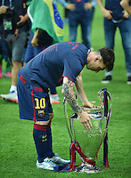 FUSSBALL  CHAMPIONS LEAGUE  FINALE  SAISON 2014/2015  06.06.2015 Juventus Turin - FC Barcelona JUBEL CHL Sieger 2015  FC Barcelona: Lionel Messi schaut in den Pokal