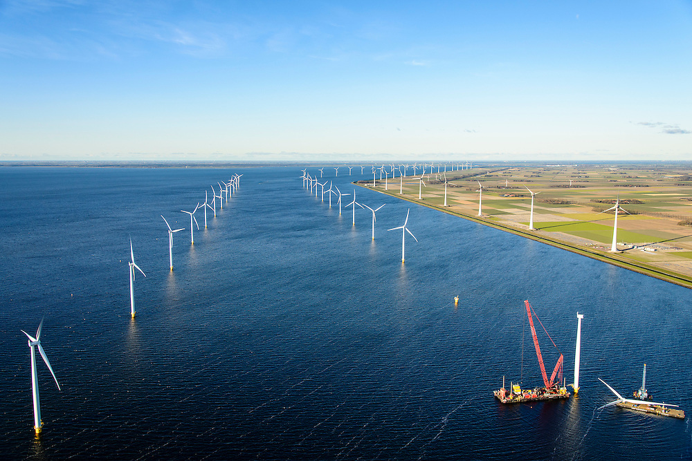 Nederland, Flevoland, Noordoostpolder, 28-02-2016; Westermeerdijk, ten noorden van Urk. Bouw van het grootste windmolenpark van Nederland, Windpark Noordoostpolder. De mega windmolens worden zowel op land als in het IJsselmeer gebouwd, in het water de fundamenten. Het windmolenpark van de Koepel Windenergie Noordoostpolder is een initiatief van NOP Agrowind, energiebedrijf RWE/Essent en Westermeerwind. <br /> onstruction of the largest wind farm in the Netherlands, Wind farm Northeast Polder. On land and offshore in IJsselmeer.<br /> luchtfoto (toeslag op standard tarieven);<br /> aerial photo (additional fee required);<br /> copyright foto/photo Siebe Swart